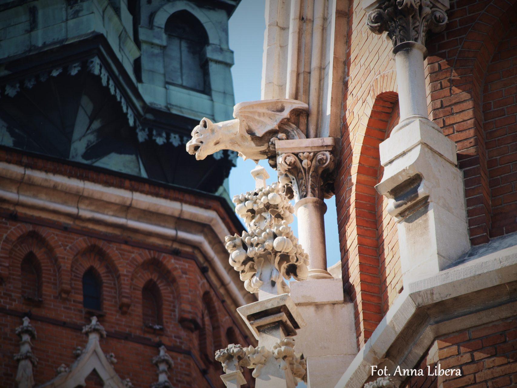 Przykład chimery z głową psią w narożu wieży kościoła św. Józefa przy Rynku Podgórskim.