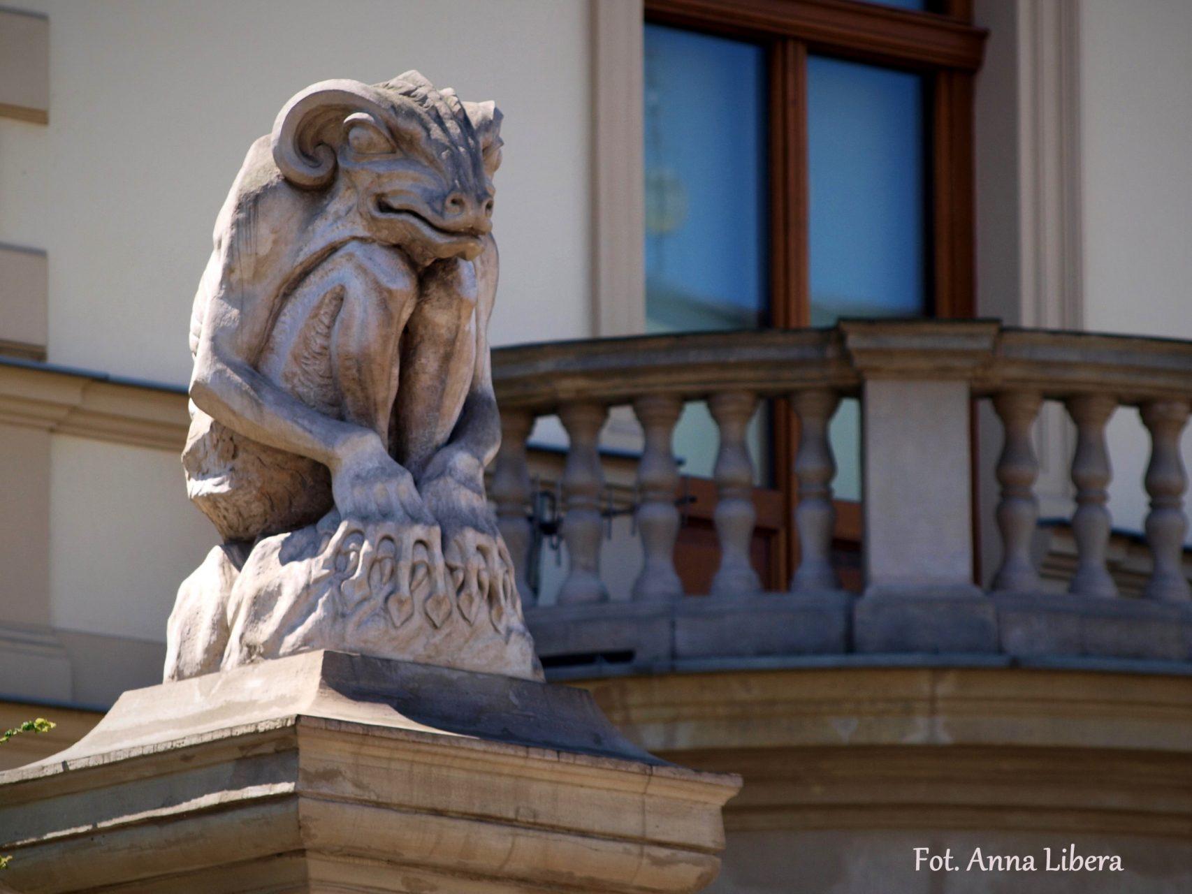 Chimera na słupie ogrodzenia Muzeum Czapskich.