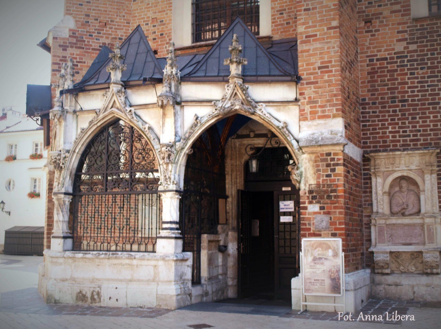Ażurowy gotycki Ogrójec przy kościele św. Barbary.